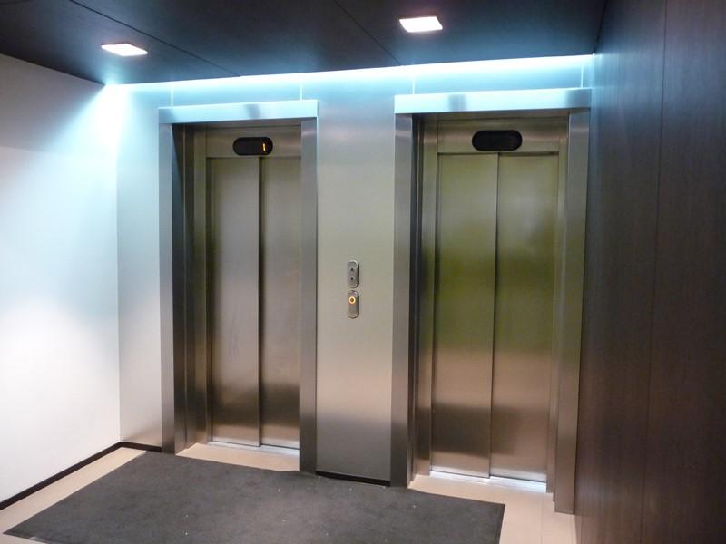 металлические двери лифта